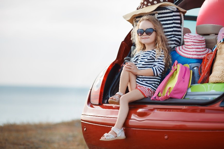 expedia-holidays-child-car-beach