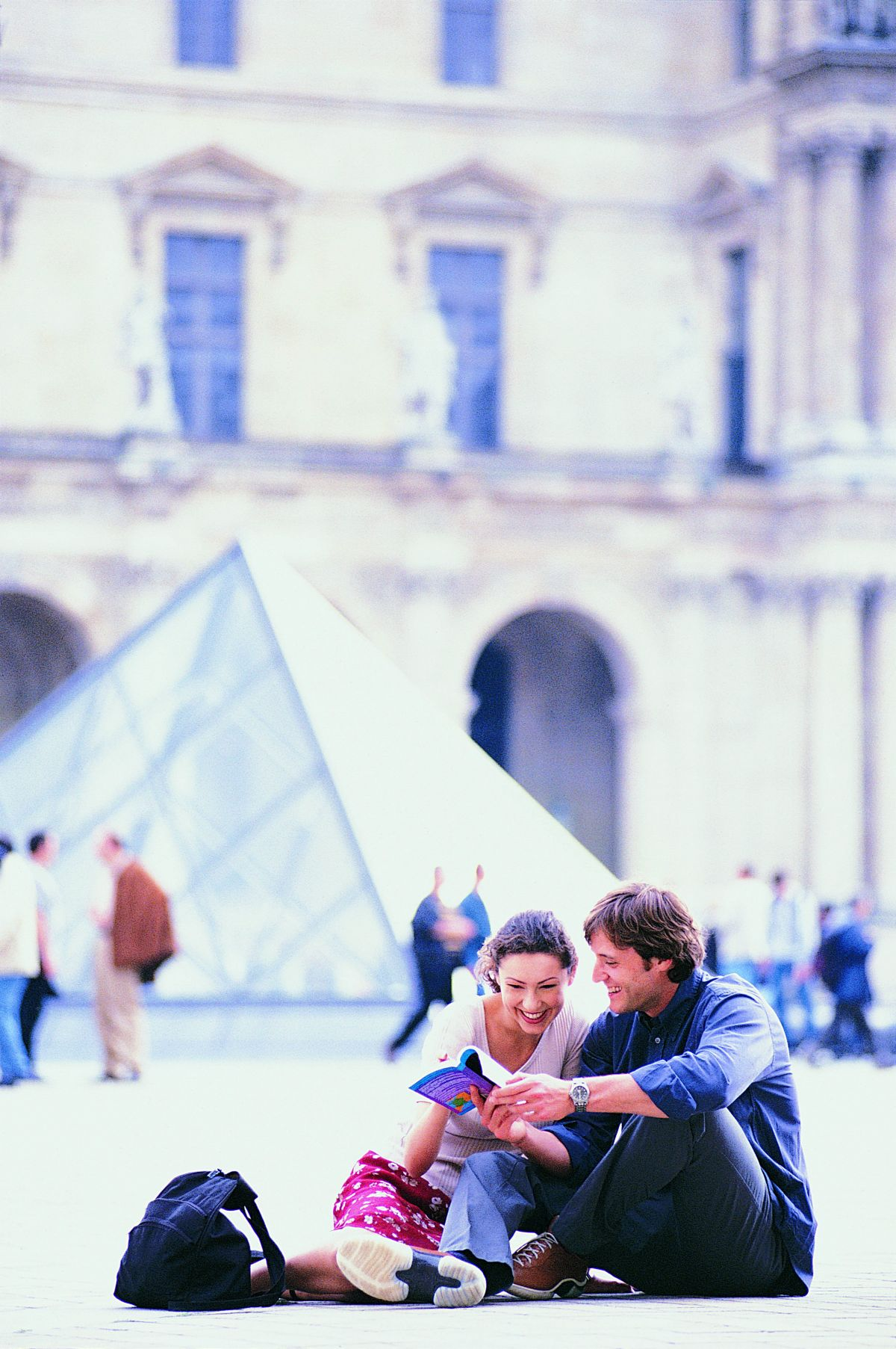 expedia-louvre-tourists