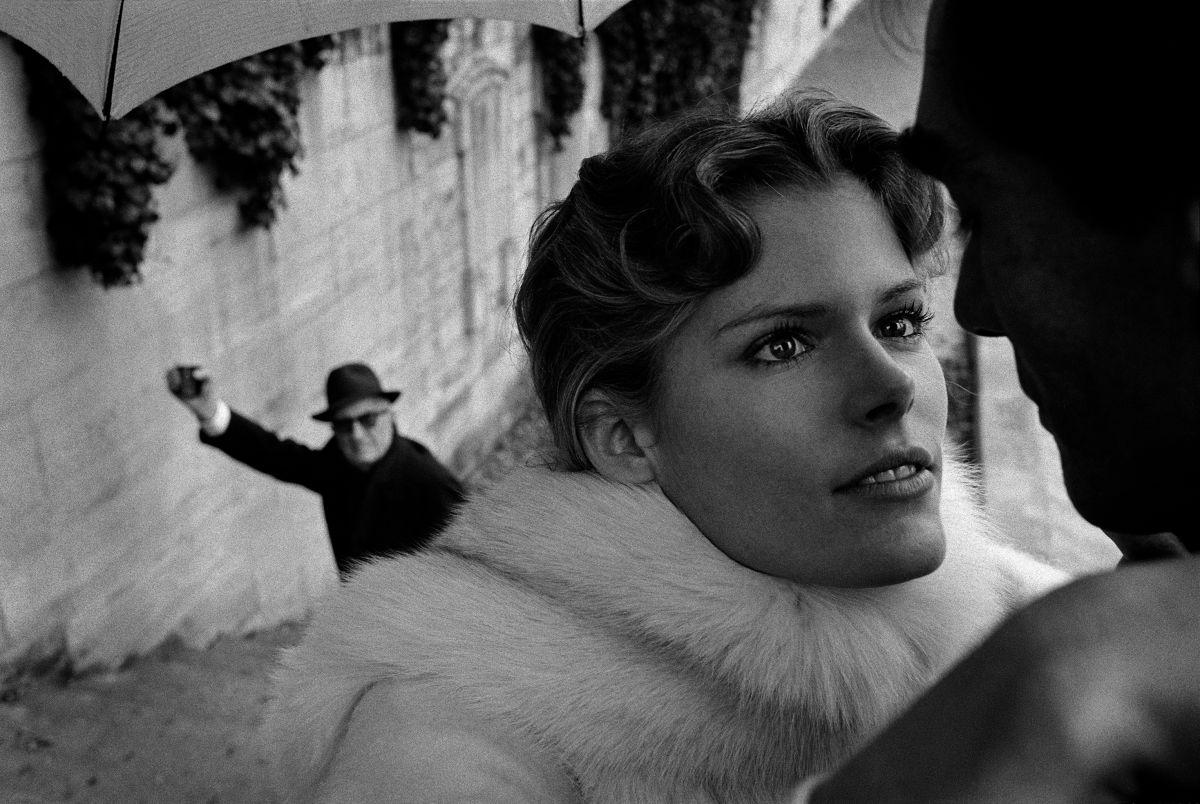 Expo Horvat : embarquez en une Traversée de Paris avec un photographe de mode ! Nume%CC%81ro%20Hitchcock%20avec%20Chris%20O'Connor%2C%201974%2C%20Paris%2C%20France%2C%20pour%20Vogue%20FR